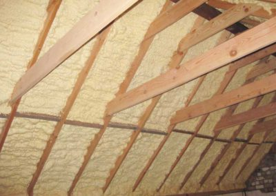 Roof insulation with polyurethane sprayfoam