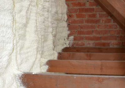 Wall insulation with polyurethane sprayfoam